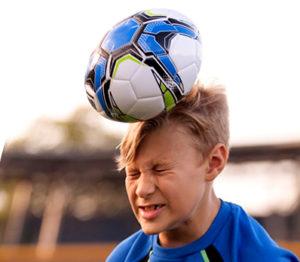 удар мячом по голове спортсмена
